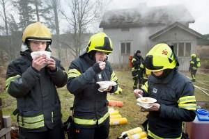 """Die Feuerwehrmänner loben das von Feuerwehrfrauen zubereitete """"Alarmessen"""""""
